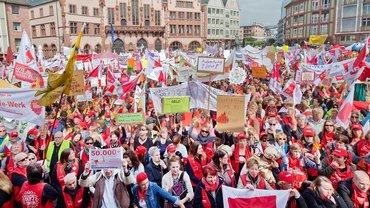 28. Mai 2015: Auf dem Römerberg in Frankfurt am Main versammeln sich mehr als 15.000 Beschäftigte im Sozial- und Erziehungsdienst
