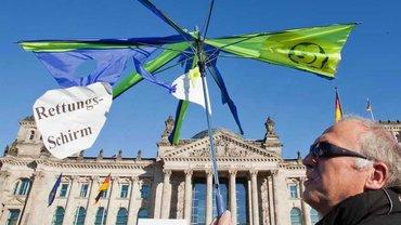 """Demonstrant spannt """"Rettungsschirm"""" auf"""