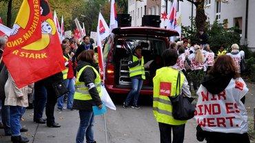 AWO Streikende vor der Bezirksgeschäftsstelle AWO Bezirk Westliches Westfalen