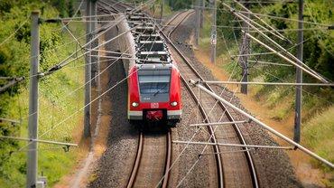 Eine S-Bahn fahrt durch eine ländliche Gegend