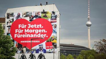 Plakat in Berlin: #Wir sind ver.di: Für jetzt. Für morgen. Füreinander.