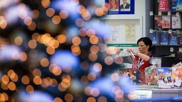 BildfunkStressig und Kräfte zehrend: Verkäuferin in der Weihnachtszeit