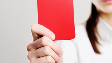 Rote Karte gezeigt durch die Pflegenden