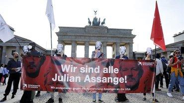 Solidaritätskundgebung für Julian Assange an seinem 50. Geburtstag am Brandenburger Tor vor der US-Botschaft