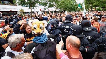 Ohne Masken, ohne Abstand und gewaltbereit – der sogenannten Querdenker-Bewegung geht es nicht um Meinungsfreiheit und demokratische Rechte, sondern um die Aushebelung der Demokratie