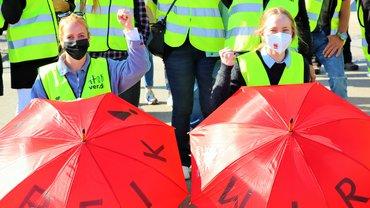 Streikende am 24. September vor dem Lidl-Zentrallager in Graben
